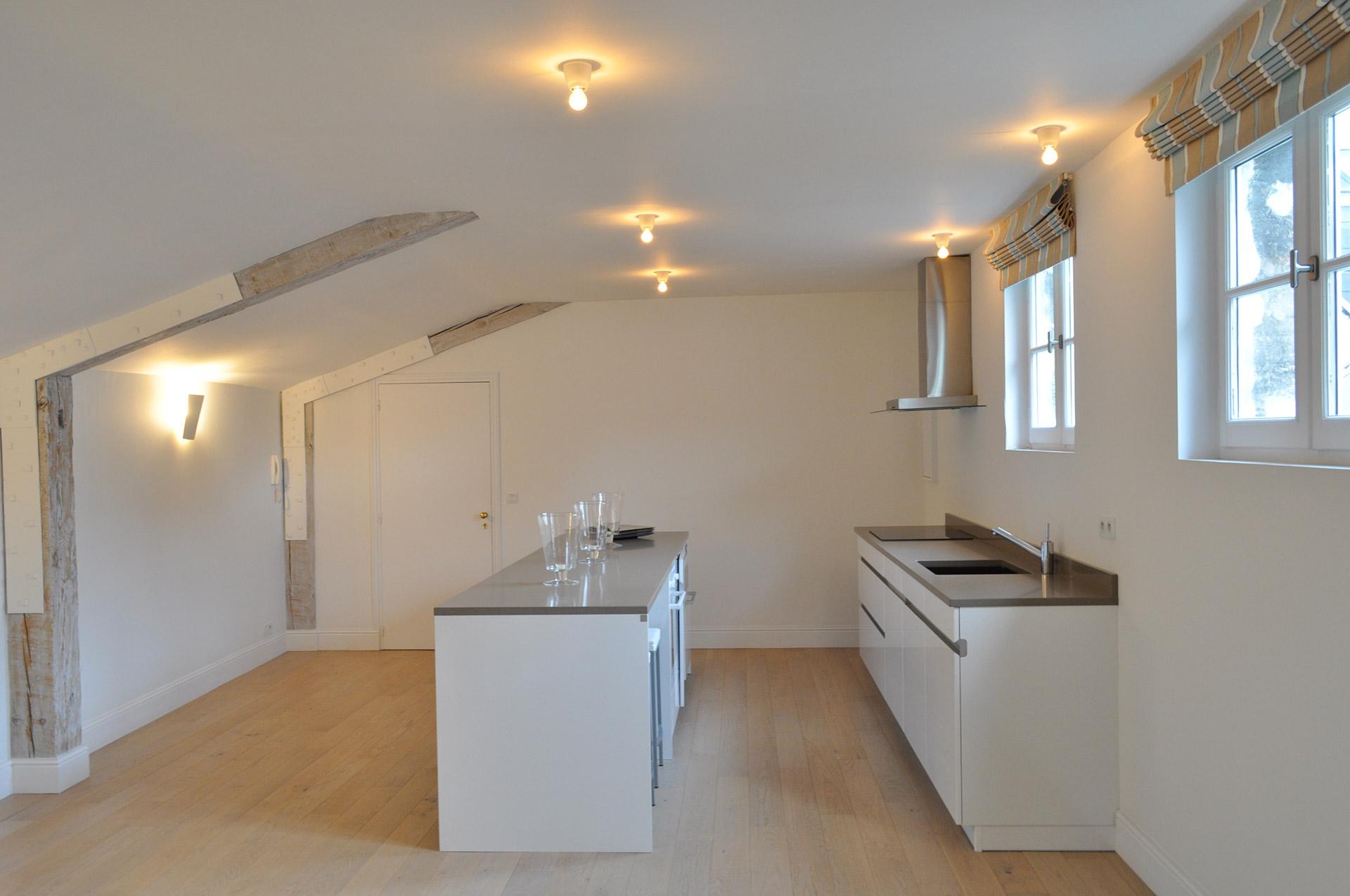 un appartement sous les toits eponyme architecture. Black Bedroom Furniture Sets. Home Design Ideas